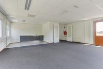 Grote kantoorruimte met keukenblok